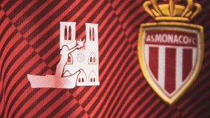 Pequeña imagen de Sainte-Dévote, patrona del Principado, junto a Notre-Dame en la camiseta del Mónaco. (FOTO: @AS_Monaco)