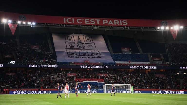 Tifo de los hinchas del PSG en homenaje a Notre-Dame. (FOTO: GettyImages).