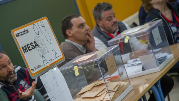 Ambiente en una mesa electoral este domingo en Sevilla. (FOTO: Juan José Úbeda; ABC de Sevilla)