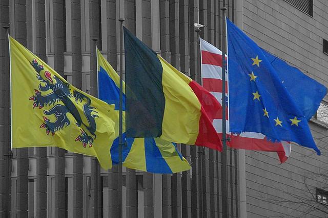 Bandera de Bélgica, junto a la de la UE y del resto de regiones del país. (FOTO: OliBac)