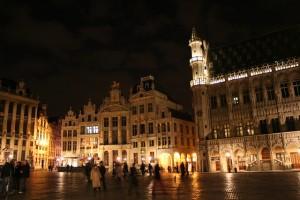 Siendo uno de los destinos más visitados, la Grand Place de Bruselas es uno de los puntos clave para todo turista que visite la capital belga. Su espectáculo de luces y música cada noche amenizan la velada en una de las plazas más importantes del país. (FOTO: Mario Sánchez Prada).