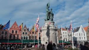Al norte, perteneciente a Flandes, se encuentra la ciudad de Brujas, en cuya plaza 'Grote Markt' se concentra casi toda la vida de sus habitantes. (FOTO: Álvaro Galván - Elaboración propia).