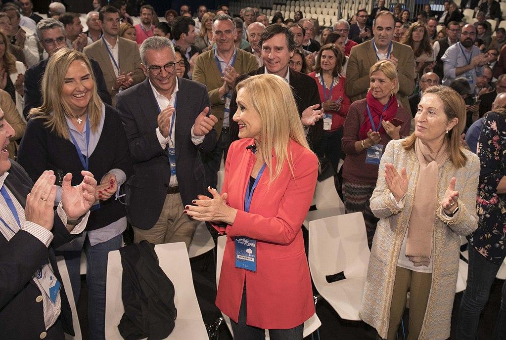 Cristina Cifuentes aplaudida por sus compañeros del PP Fuente: Wikipedia