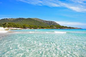 Cala Agulla, Mallorca. Preciosa playa de arena y rocas con gran cantidad de turistas a diario.