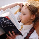 Niña estudiando un diccionario de inglés. (FOTO: pixabay)