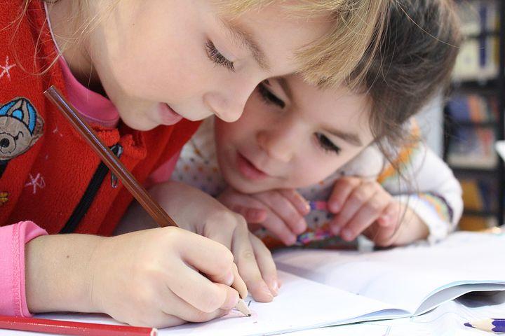 Dos niños aprendiendo a escribir. (FOTO: Pixabay)