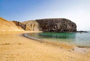 Playa del Papagayo. Cala de arena blanca, pequeñas dimensiones y enorme belleza. Seduce por sus aguas transparentes color esmeralda. (FOTO: Pixabay)