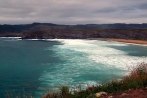 Playa de Langre, Cantabria. Para muchos la playa más bella de Cantabria. Su alargado arenal está rodeado de verticales acantilados. (FOTO: Flickr)