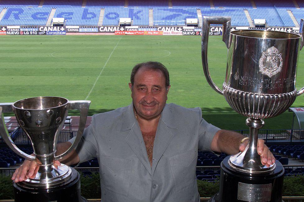 Gil posa con los trofeos de la Liga y la Copa del Rey. Fuente: Diario As (1996)