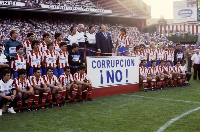 Curiosa foto en la que Gil demanda limpieza de juego en la Liga. Fuente: EL País. Archivo