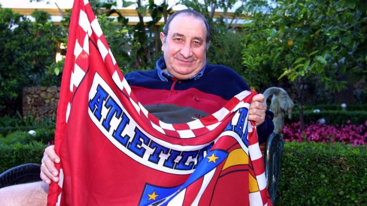 Jesús Gil sostiene la bandera del club de sus amores: El Atlético de Madrid