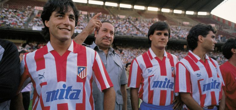 Jesús Gil junto a Futre y otros jugadores del Atlético de Madrid. Fuente: Público. Foto de archivo