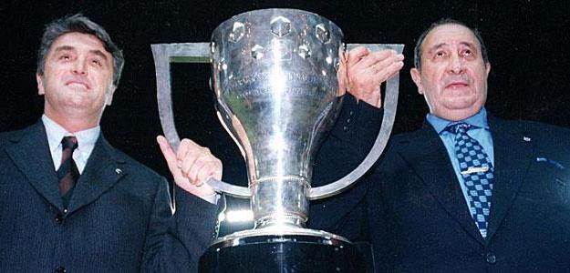 Radomir Antic, entrenador, y Jesús Gil posan con la Copa de la Liga lograda en 1996 Fuente: Fútbolenprimera. Arhivo
