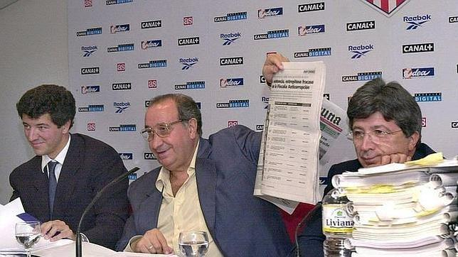 Jesús Gil, en su etapa como presidente del Atlético, junto a su hijo Miguel Ángel y Enrique Cerezo. Fuente ABC. Archivo.