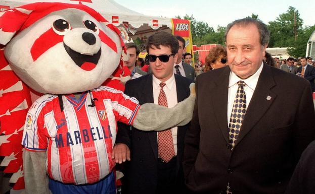Gil junto a la mascota del equipo. Fuente: Marca. Archivo