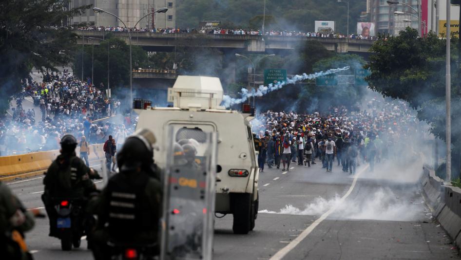 En mayo de este año, un grupo de estudiantes fue dispersado con gases lacrimógenos en momentos en que protestaban en una de las calles de Caracas. ® Reuters