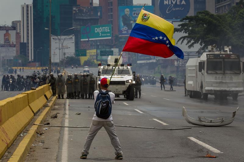 La protesta de los estudiantes ocasionó uno de los ataques de la Guardia Venezolana más rechazada a nivel internacional. Tomada de versiónfinal.com.ve