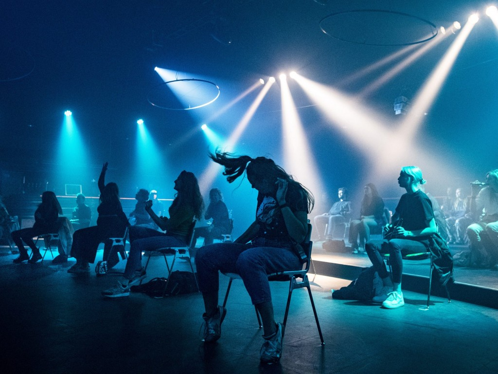 Un club nocturno holandés ahora permite a los invitados 'bailar' mientras están sentados en sillas. Foto a través de Reuters.