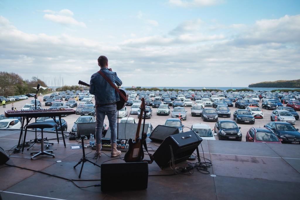 Con los lugares cerrados al menos hasta septiembre en la mayoría de los lugares, se están organizando conciertos de autocine. Foto por Camilla Lundby/P Scenen a través de Lonely Planet.