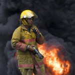 Bombero en incendio de polyplas