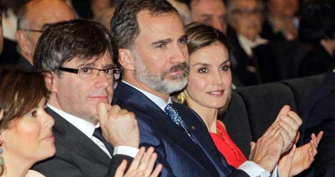 Los Reyes acompañados por la vicepresidenta Sáenz de Santamaría y el presidente de la Generalitat Carles Puigdemont