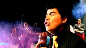 El cantante Gerardo Morán durante la noche cultural.