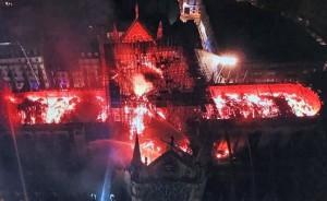 Las llamas envuelven Notre Dame. FUENTE: El Mundo, 2019.