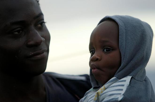 La fortaleza de las familias con niños se triplica para mantenerlos vivos en duras condiciones. FUENTE: El Mundo.