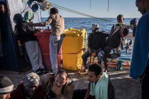 Alrededor de dos semanas esperaron los refugiados en el mar. FUENTE: New York Times.
