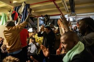 Refugiados celebran cuando Malta dice que son bienvenidos. FUENTE: El País.